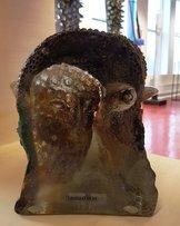 Skulptur med Brunt Ansikte